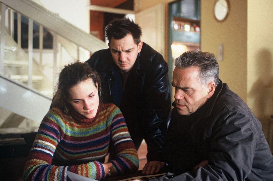 Wolff (Jürgen Heinrich, r.) und Tom (Steven Merting, M.) hoffen, dass das Kindermädchen (Nele Jonca, l.) bei der Suche nach den Entführern des klein... - Bildquelle: Leslie Haslam Sat.1