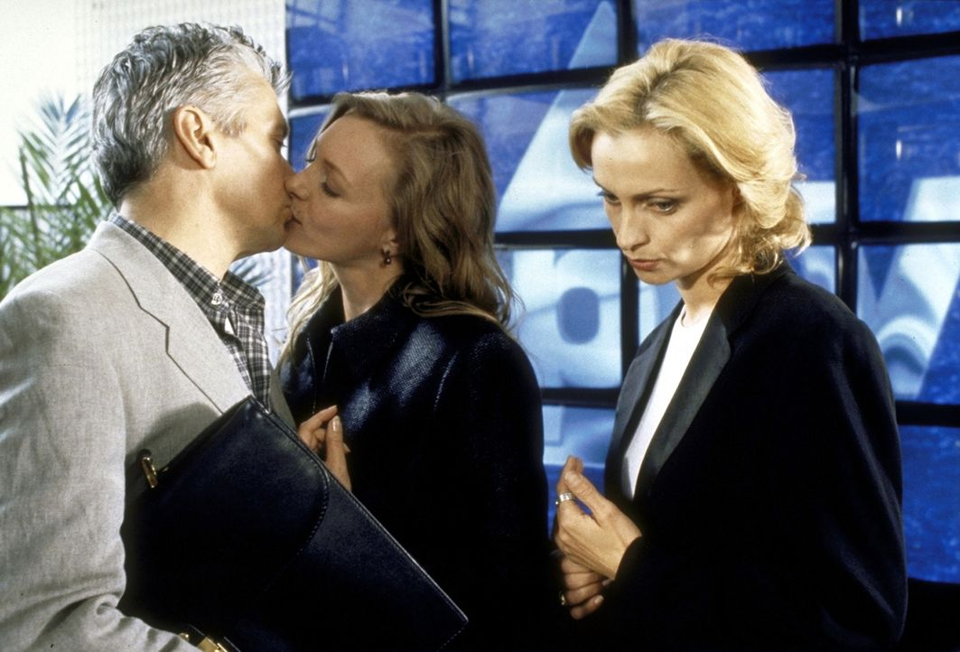 Die eifersüchtige Produzentin Jacquline (Catherine Flemming, r.) setzt alles daran, einen Keil zwischen Max (Henry Hübchen, l.) und seine Frau Ally... - Bildquelle: Andreas Kaysser ProSieben