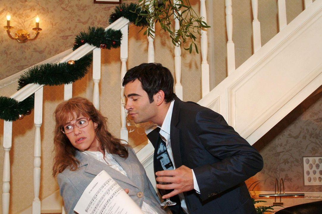Lisa (Alexandra Neldel, l.) ist entsetzt, als David (Mathis Künzler, r.) sie plötzlich unter dem Mistelzweig küssen will. (Dieses Foto von Alexandra... - Bildquelle: Monika Schürle Sat.1