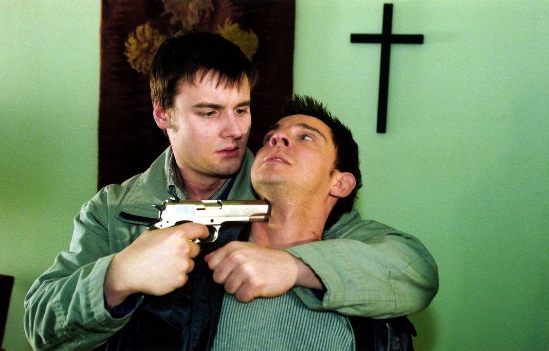 Bernd (Dennis Grabosch, l.) nimmt Tom (Steven Merting, r.) als Geisel. - Bildquelle: Claudius Pflug Sat.1
