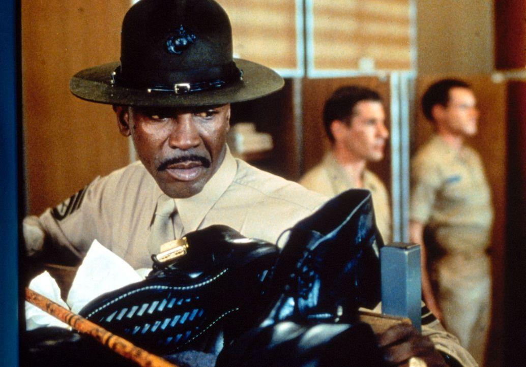 Der eiskalte Sergeant Foley (Louis Gossett jr., l.) möchte mit fast unmenschlichem Drill und gnadenlosen Schikanen aus den Lehrgangsteilnehmern 'ric... - Bildquelle: Paramount Pictures