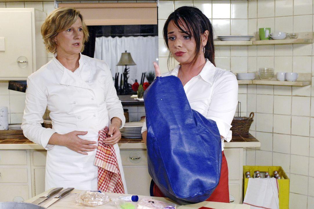 Paloma sucht verzweifelt nach dem Armband, das Maik ihr geschenkt hat. v.l.n.r.: Susanne (Heike Jonca), Paloma (Maja Maneiro) - Bildquelle: Oliver Ziebe Sat.1