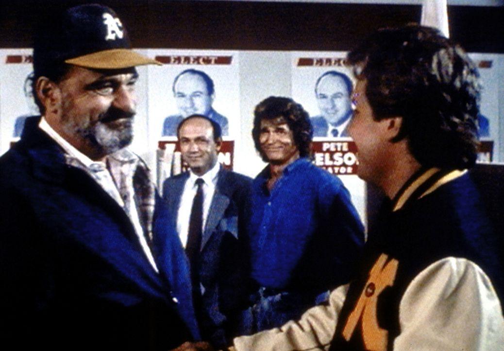 Mark (Victor French, l.) freut sich mit Jonathan (Michael Landon, 2.v.r.) und Pete Nelsons Sohn Jeff (Tracy Fraim, r.) über den Erfolg von dessen Va... - Bildquelle: Worldvision Enterprises, Inc.