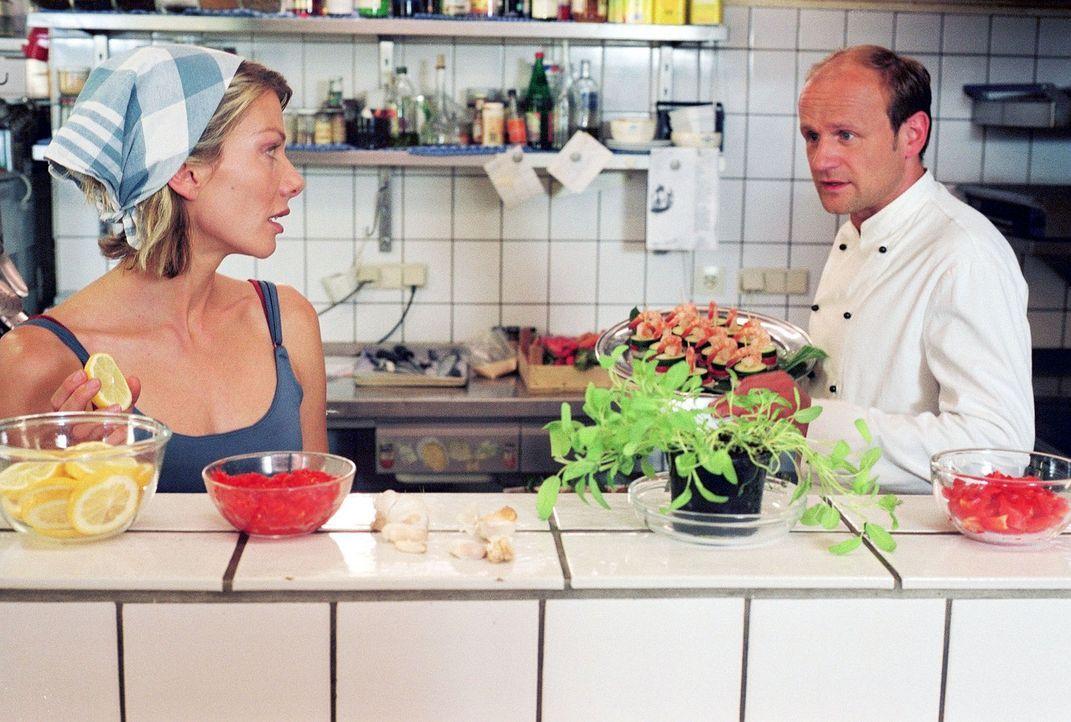 Schon nach kurzer Zeit fangen Simone (Ursula Karven, l.) und Stefan (Oliver Stokowski, r.) an zu streiten - wie früher. - Bildquelle: Krumwiede Sat.1