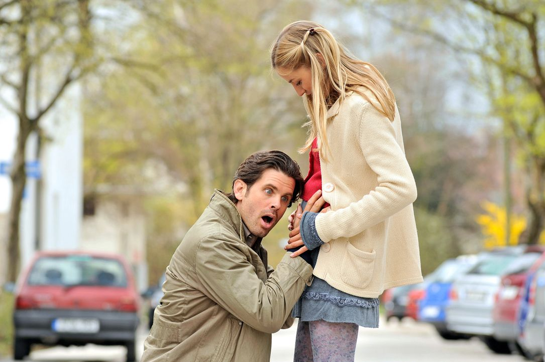 Michael (Steffen Groth, l.) ist überwältigt, als er die Baby-Bewegungen in Marias (Annika Blendl, r.) Bauch spürt ... - Bildquelle: Heike Ulrich SAT.1