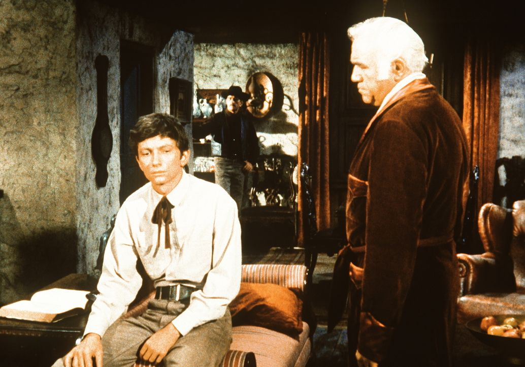 Ben Cartwright (Lorne Greene, r.) hat den halbverhungerten Aaron Mendoza (Richard Evans, l.) bei sich aufgenommen. - Bildquelle: Paramount Pictures