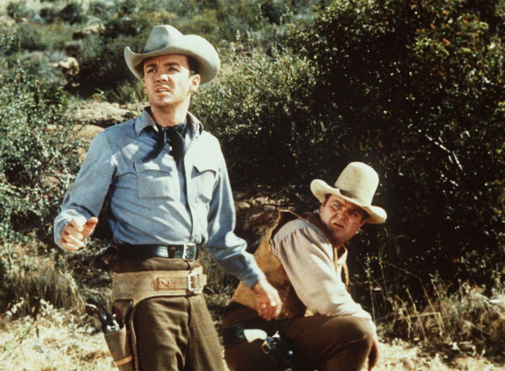 Hoss Cartwright (Dan Blocker, r.) ahnt nicht, dass der zuverlässige neue Vorreiter Kirby (Ben Cooper, l.) ein gesuchter Bankräuber ist. - Bildquelle: Paramount Pictures