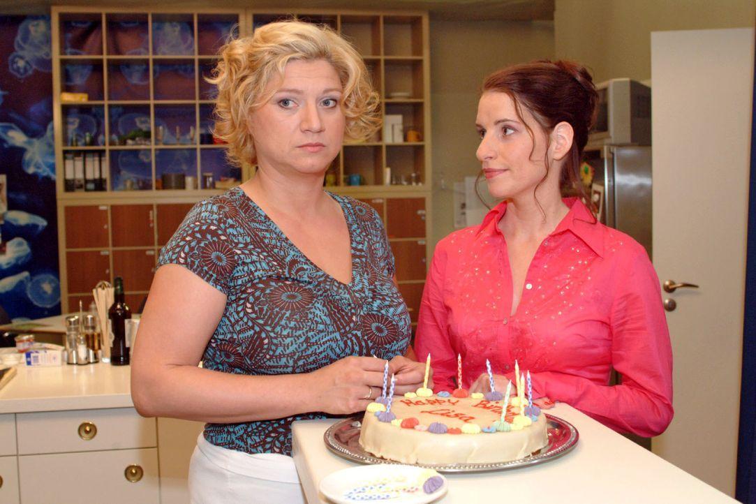 Betrübt stellt Inka (Stefanie Höner, r.) fest, dass Agnes (Susanne Szell, l.) nicht aufzuheitern ist - nicht einmal beim Geburtsständchen für Lisa m... - Bildquelle: Monika Schürle Sat.1
