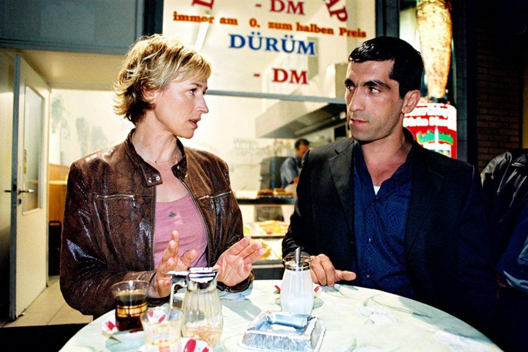 Eva Blond (Corinna Harfouch, l.), eine intelligente und mutige Polizistin, bekommt einen neuen Kollegen zur Seite gestellt - den Türken Alyans (Erda... - Bildquelle: Volker Roloff Sat.1