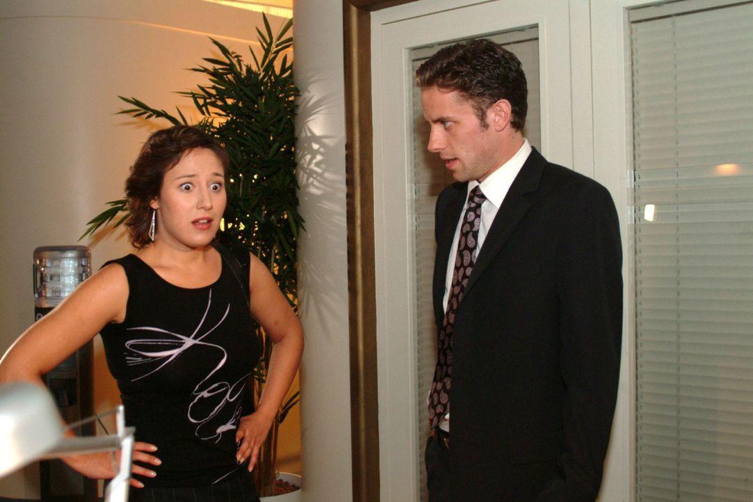 Yvonnes (Bärbel Schleker, l.) Vorhaben, in Ruhe mit Max (Alexander Sternberg, r.) über ihre Schwangerschaft zu reden, scheitert. - Bildquelle: Monika Schürle Sat.1