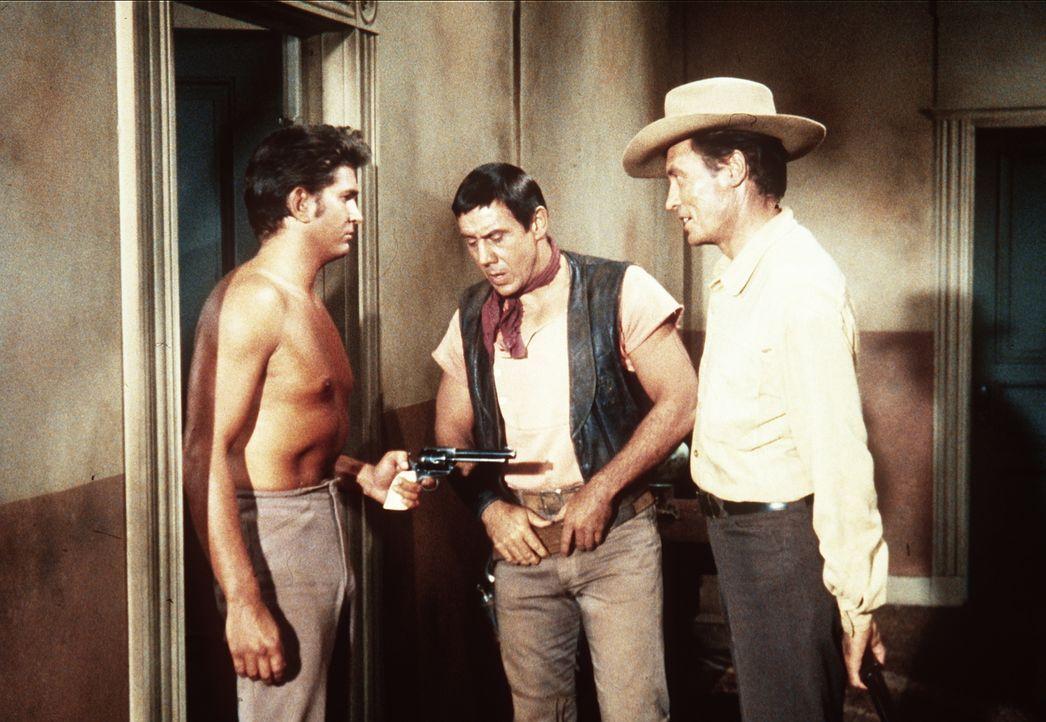 Little Joe Cartwright (Michael Landon, l.) traut den Revolverhelden Jakes (Robert Phillips, M.) und Low (Robert McQueeney, r.) nicht über den Weg ... - Bildquelle: Paramount Pictures