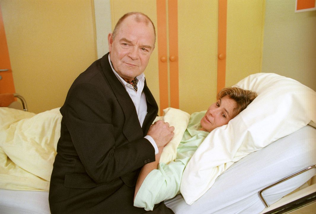 Professor Schönfeldt (Dieter Mann, l.) besucht Martina Köster (Nikola Kress, r.), mit der er seit vielen Jahren ein Verhältnis hat, in der Klinik. F... - Bildquelle: Noreen Flynn Sat.1