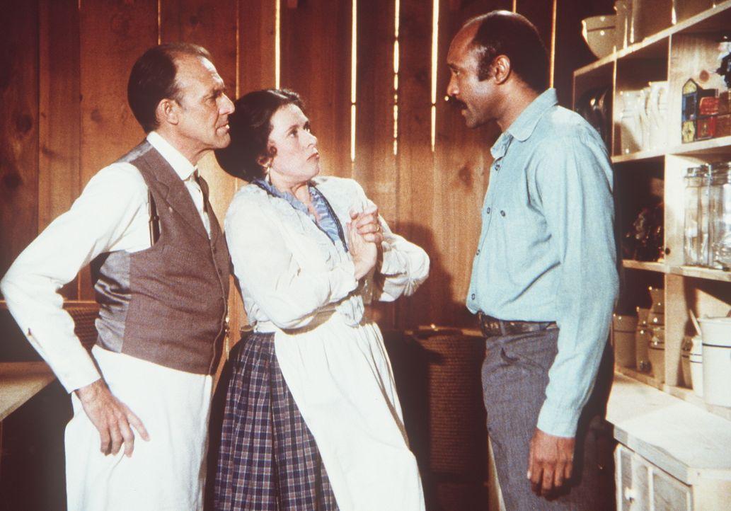 Nels Oleson (Richard Bull, l.) und seine Frau Harriet (Katherine MacGregor, M.) sind von Sams (J.H. Preston, r.) Tischlerarbeiten begeistert. - Bildquelle: Worldvision