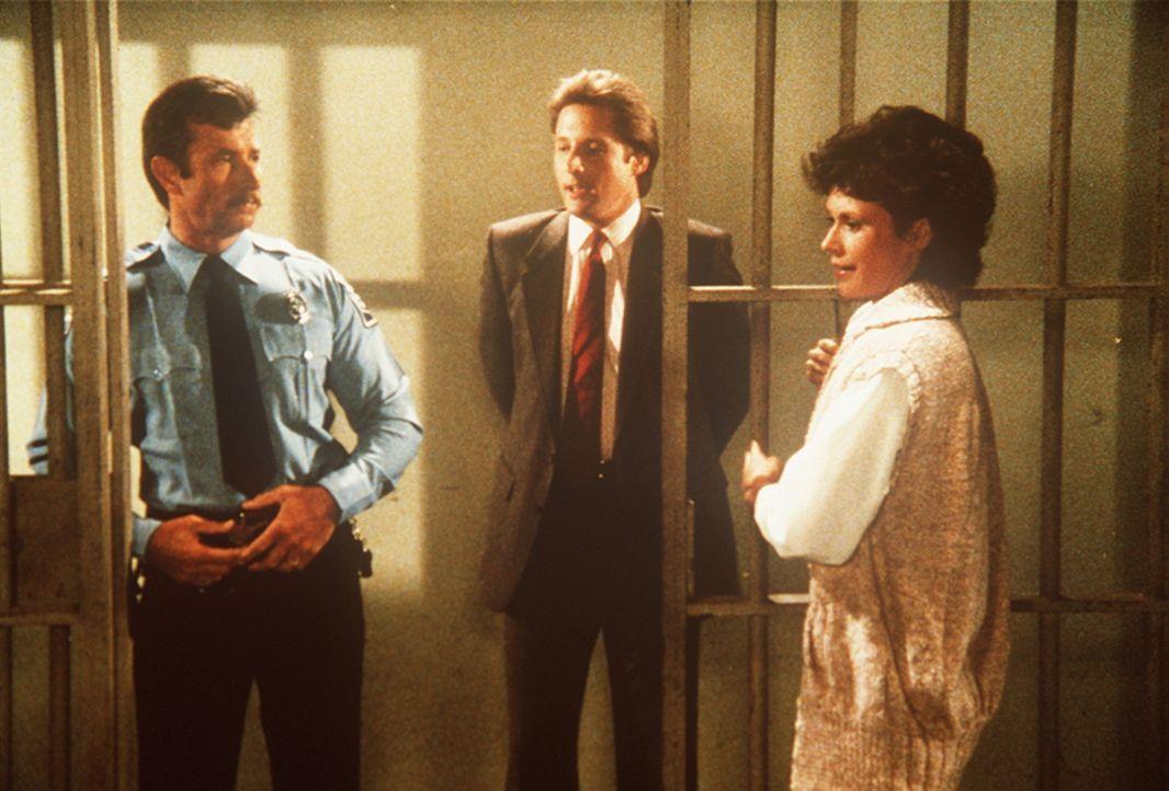 Lee (Bruce Boxleitner, M.) besucht Amanda (Kate Jackson, r.) im Gefängnis. Gemeinsam versuchen sie herauszufinden, wer ein Interesse daran haben kön...