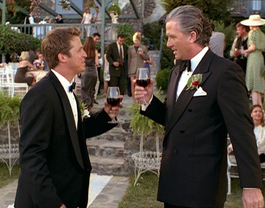 Wayde Garrett (Patrick Duffy, r.) ahnt nicht, dass der Drink, der ihm von seinem Schwiegersohn Phillip (David Sheinkopf, l.) angeboten wird, ein töd... - Bildquelle: Viacom
