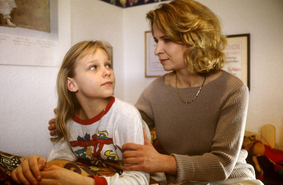 Gabi Kramer (Arianne Borbach, r.) stärkt ihrer Tochter Laura (Katja Abel, l.) den Rücken. Die junge Leistungsturnerin leidet unter chronischen Wirbe... - Bildquelle: Bernd Spauke Sat.1