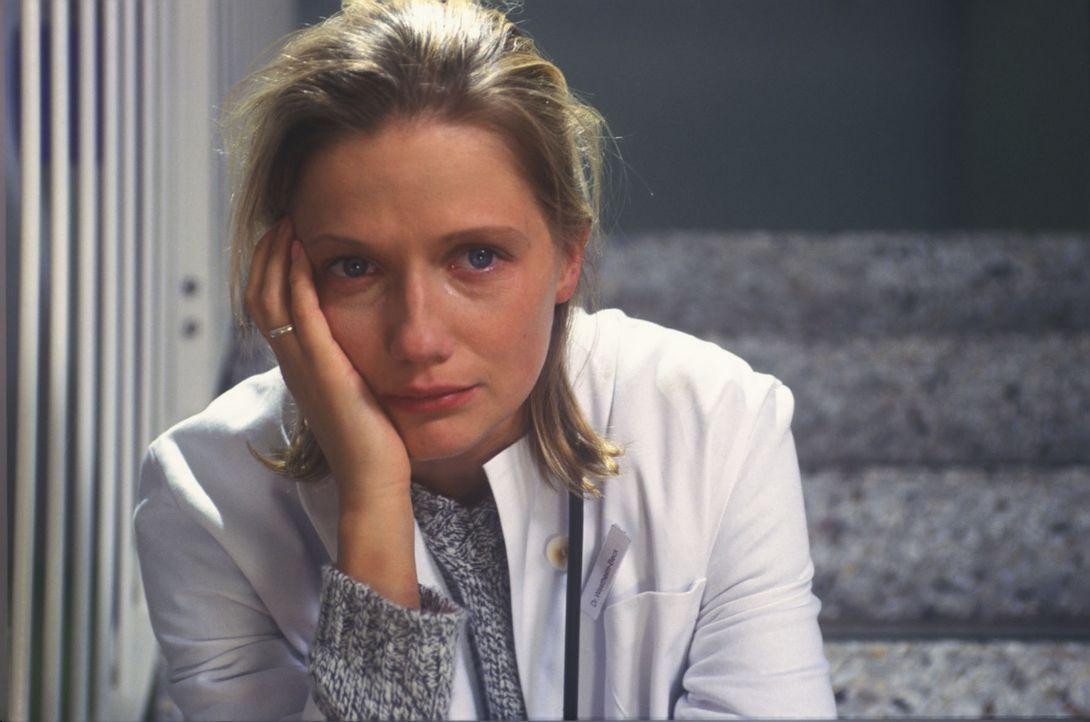 Anna (Doreen Jacobi) muss mit der schweren Diagnose Gehirntumor und der anstehenden Operation zurechtkommen. - Bildquelle: Kasia Adamik Sat.1
