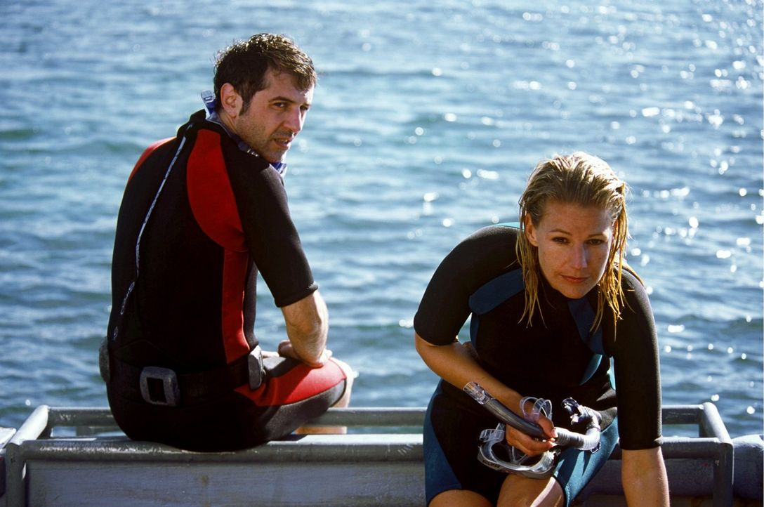 Dank Phils (Merab Ninidze, l.) Überzeugungskraft traut sich Elena (Sophie Schütt, r.) ins tiefe Gewässer. - Bildquelle: Megan Lewis Sat.1
