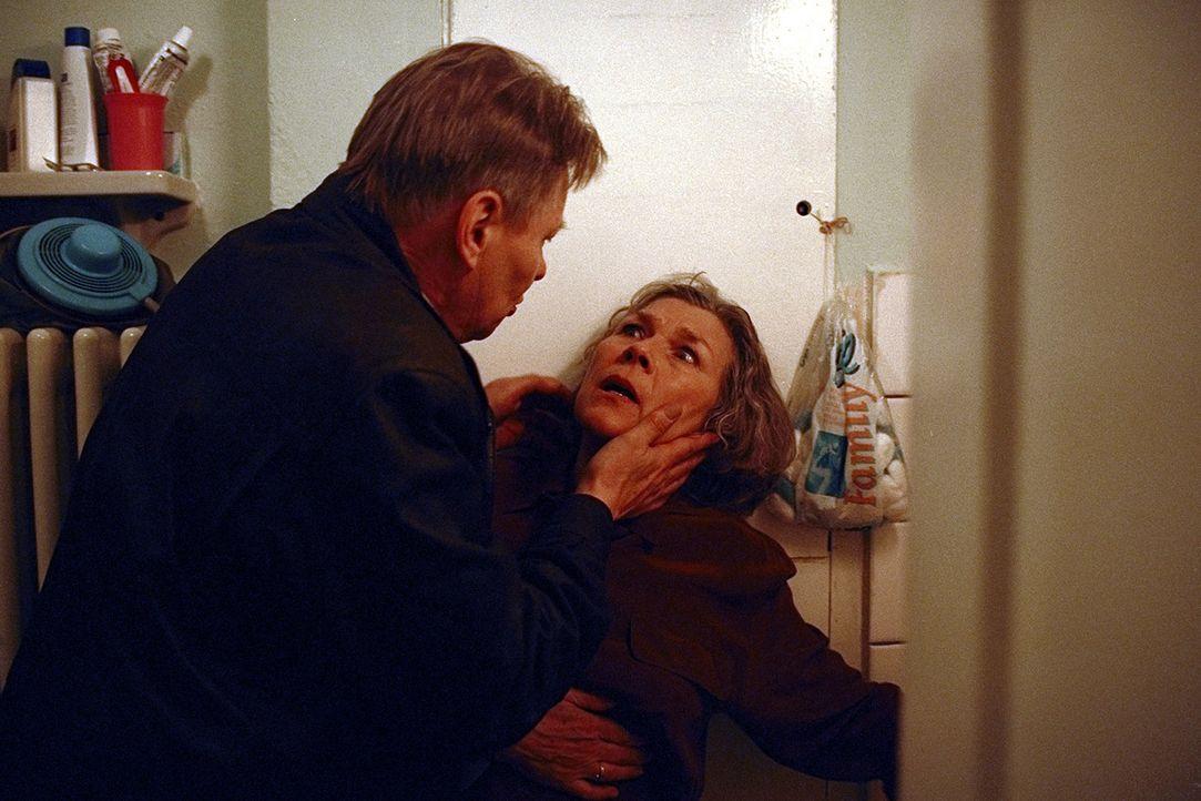 Erhardt (Günther Junghans, l.) versucht alles, um von Irene (Jutta Wachowiak, r.) zu erfahren, was in Zürich passiert ist. Er befürchtet, dass sie i... - Bildquelle: Jeanne Degraa ProSieben