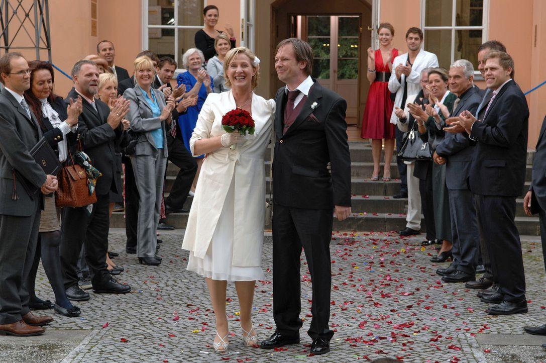 Susanne und Armin haben geheiratet und werden von ihren Gästen gefeiert. v.l.n.r.: Paloma (Maja Maneiro), Anna (Jeanette Biedermann), Susanne (Heike... - Bildquelle: Claudius Pflug Sat.1