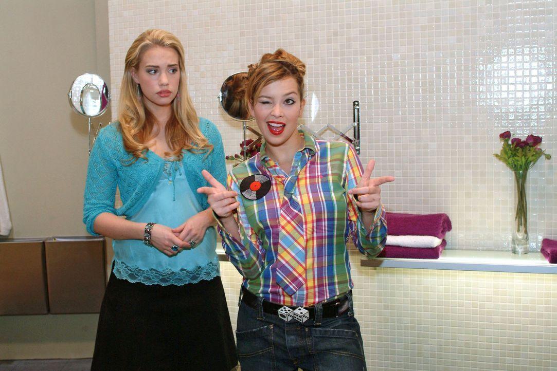 Hannah (Laura Osswald, r.) übt sich vor Kim (Lara-Isabelle Rentinck, l.) in Coolness - möchte sie doch Marc imponieren ... - Bildquelle: Monika Schürle Sat.1