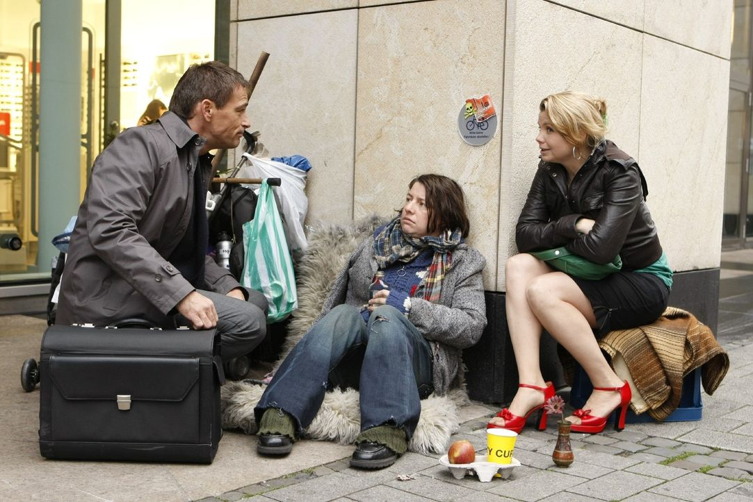 Gemeinsam gehen Danni (Annette Frier, l.) und die Obdachlose Meike (Tilla Kratochwil, M.) vor Gericht, um gegen das Krankenhaus, in dem Meike ein Ar... - Bildquelle: Frank Dicks SAT.1