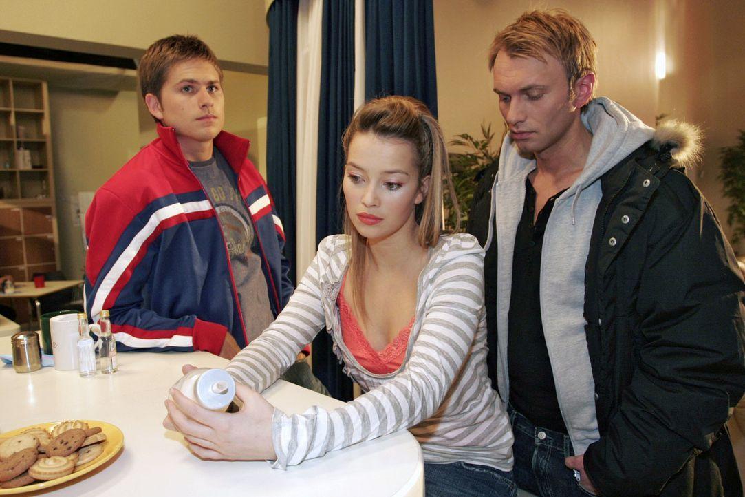 Auch Timo (Matthias Dietrich, l.) und Hannah (Laura Osswald, M.) hat die Nachricht von Brittas Tod schockiert - da taucht überraschend Marc (Jean-Ma... - Bildquelle: Noreen Flynn Sat.1