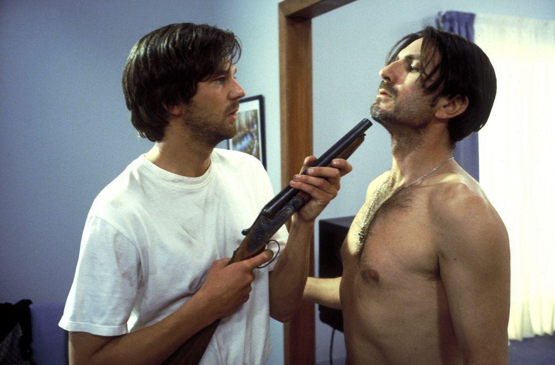 Mit Palomas brutalem Bruder Ramon (Antonio Valero, r.) gerät Christian (Kai Wiesinger, l.) immer wieder aneinander. Trotzdem lässt er sich überreden... - Bildquelle: Hans-Joachim Pfeiffer ProSieben
