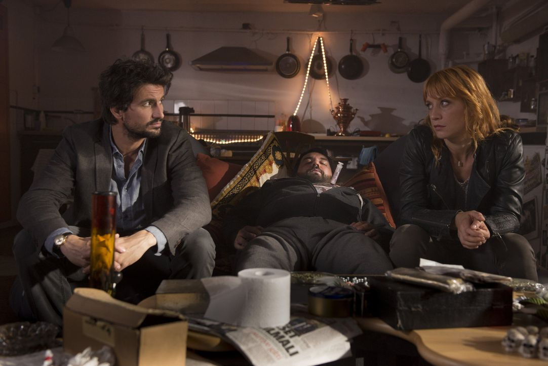 Meeting mit Leiche: Elena (Annika Ernst, r.) kann es nicht glauben, aber nun wurde auch noch Einsteins (Tom Beck, l.) Dealer ermordet ... - Bildquelle: Martin Rottenkolber SAT.1