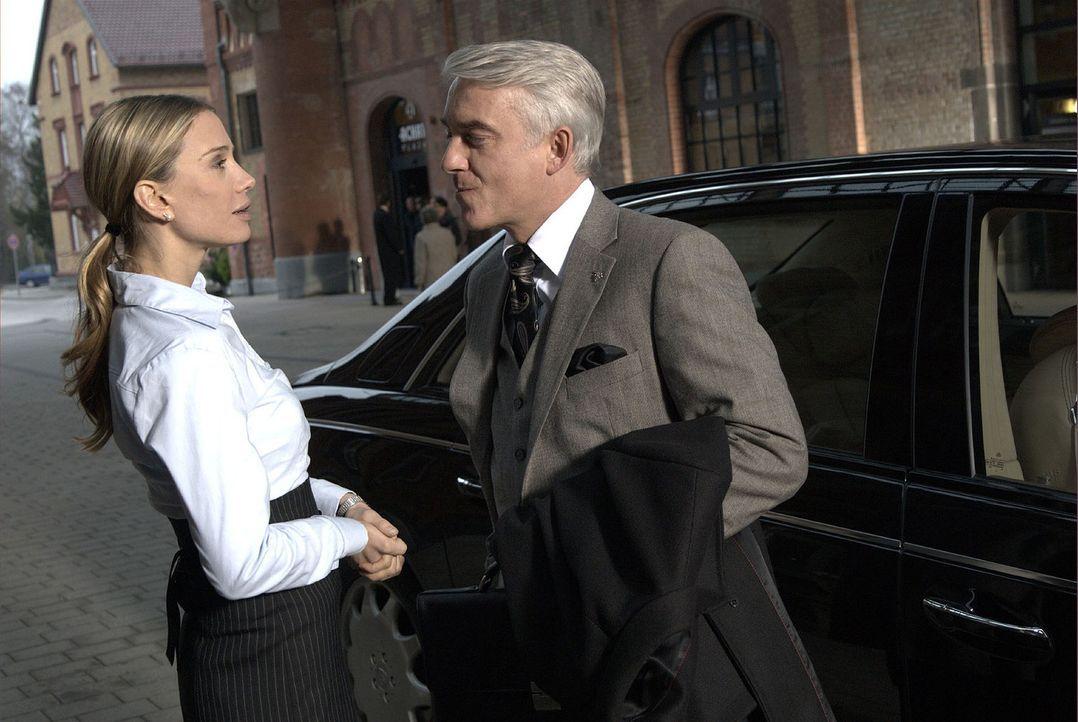 Lukas (Christoph M. Ohrt, r.) ist von der Geschäftsführerin Kristin Ullrich (Nadeshda Brennicke, l.) sehr angetan. - Bildquelle: Jacqueline Krause-Burberg Sat.1