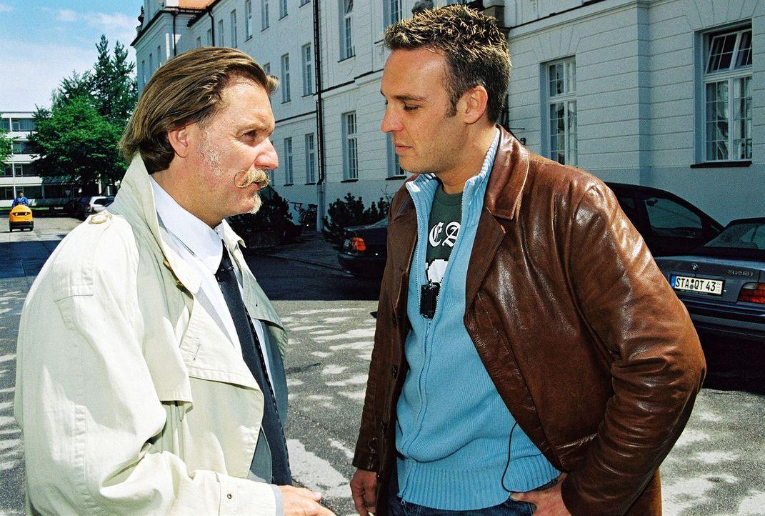 Ingo Lenßen (l.) und Ermittler Christian Storm (r.) - Bildquelle: Riedel Sat.1