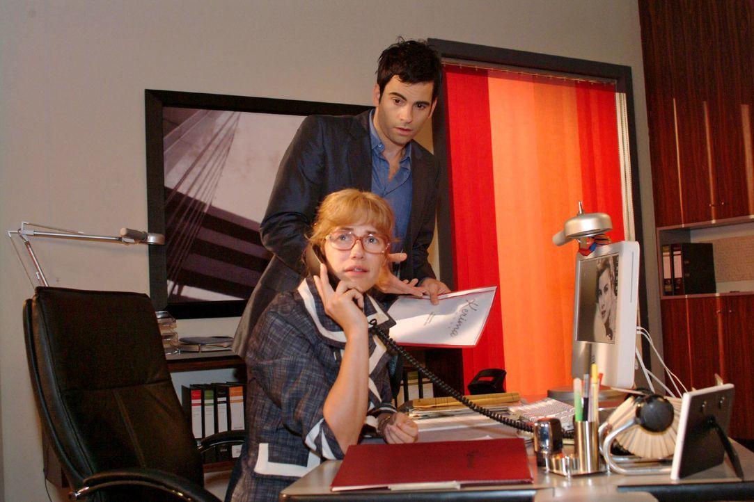 Lisa (Alexandra Neldel, l.) hat Probleme damit, wieder so eng mit David (Mathis Künzler, r.) zusammenzuarbeiten. (Dieses Foto von Alexandra Neldel d... - Bildquelle: Monika Schürle Sat.1