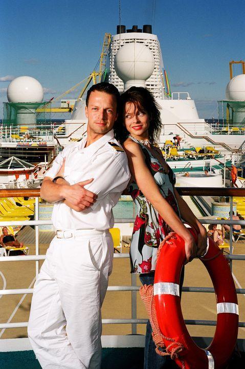 Wie Katz und Maus: Katrin (Isabell Gerschke, r.) und Markus (Michael Härle, l.) ... - Bildquelle: Gordon Mühle ProSieben