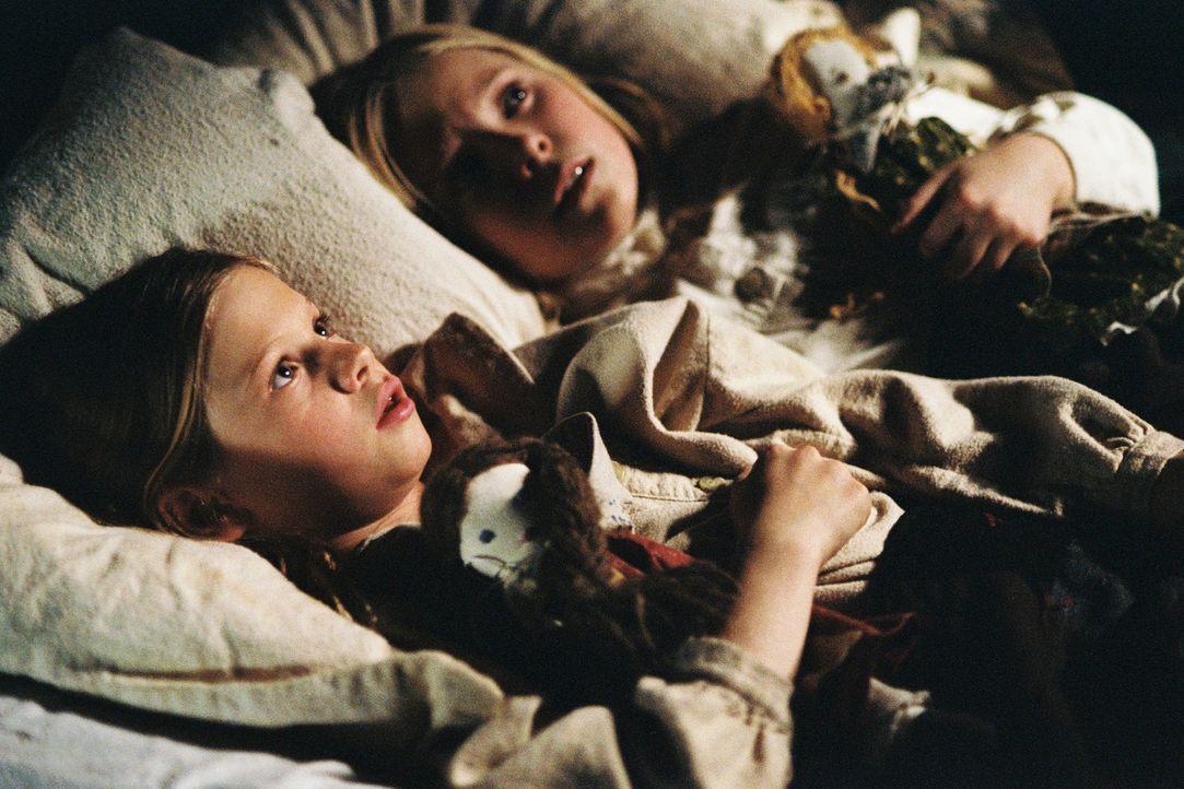 Seltsame Geräusche wecken Laura (Kyle Chavarria, l.) und Mary (Danielle Chuchran, r.) mitten in der Nacht. Ist jemand in ihr Haus eingedrungen? - Bildquelle: ABC, Inc.