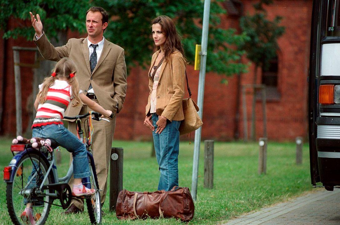 Nur mit einer Reisetasche bepackt, startet Johanna (Bettina Zimmermann, r.) einen Neuanfang in einem Dorf an der ehemaligen deutsch-deutschen Grenze... - Bildquelle: Stefan Erhard Sat.1