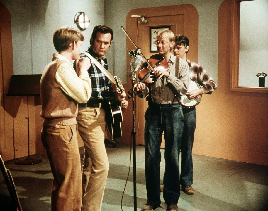 Am frühen Morgen tritt Jason (Jon Walmsley, l.) mit Bobby Bigelow (Mayf Nutter, 2.v.l.) in einer Radiosendung auf. - Bildquelle: WARNER BROS. INTERNATIONAL TELEVISION