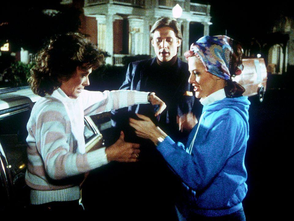 Francine (Martha Smith, r.) spielt perfekt die Rolle von Amanda (Kate Jackson, l.), um die Gegner in einen Hinterhalt zu locken. Schon bald will Lee...