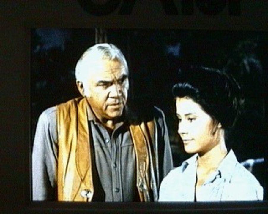 Ben (Lorne Greene, l.) freut sich sehr Mary (Diane Baker, r.) wiederzusehen. Sie hat ihre Kindheit auf der Ranch verbracht und deshalb stellt Ben ih... - Bildquelle: Paramount Pictures