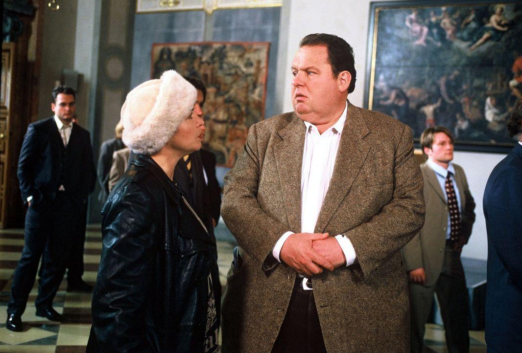 Benno (Ottfried Fischer, r.) und Sabrina (Katerina Jacob, l.) besuchen einen Festempfang in der bayerischen Landesvertretung in der Bundeshauptstadt. - Bildquelle: Herbert Began Sat.1