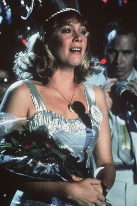 Beim Klassentreffen ihres Jahrgangs fällt die 42-jährige Peggy Sue (Kathleen Turner) in Ohnmacht. Als sie erwacht, findet sie sich in ihrer eigenen... - Bildquelle: TriStar Pictures