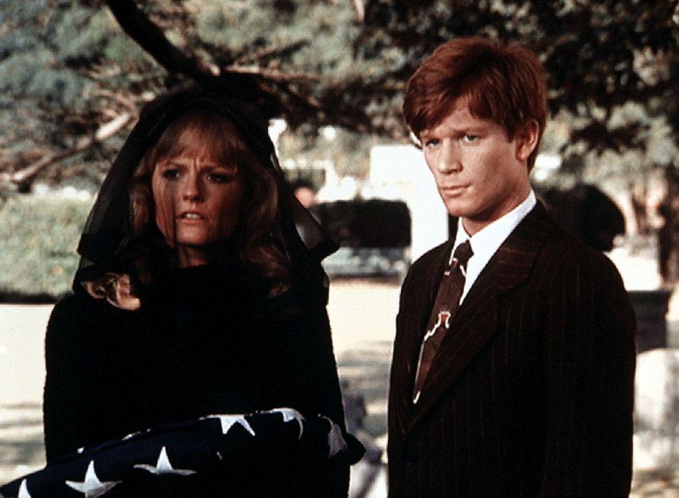 Cindy (Leslie Winston, l.) und Ben (Eric Scott, r.) trauern um Cindys Vater, der bei einem Autounfall ums Leben gekommen ist. - Bildquelle: WARNER BROS. INTERNATIONAL TELEVISION