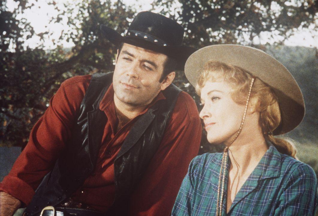 Adam Cartwright (Pernell Roberts, l.) ist lediglich gut befreundet mit Delphine (Cece Whitney, r.). Ihr Mann vermutet jedoch mehr dahinter. - Bildquelle: Paramount Pictures