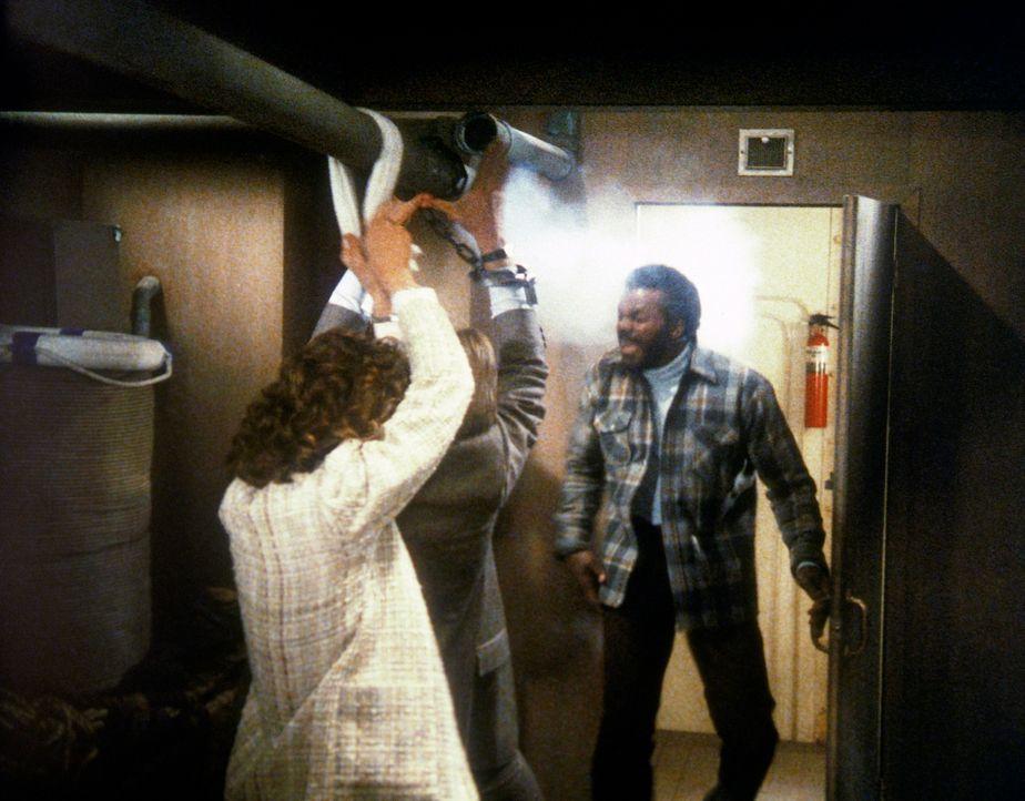 Ein Heizungsrohr als Lebensretter: Dagget (Al White, r.) wird von Lee (Bruce Boxleitner, M.) und Amanda (Kate Jackson) außer Gefecht gesetzt. - Bildquelle: CBS Television
