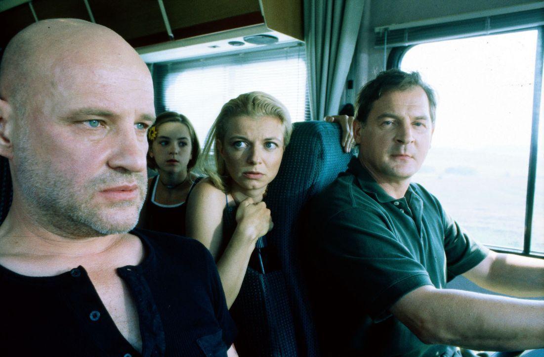 """Der geflohene Strafgefangene """"Popeye"""" (Christian Redl, l.) bringt Carla (Michaela Merten, 2.v.r.) und Albrecht Seibel (Burghard Klaußner, r.), die m... - Bildquelle: Jiri Hanzl SAT.1"""