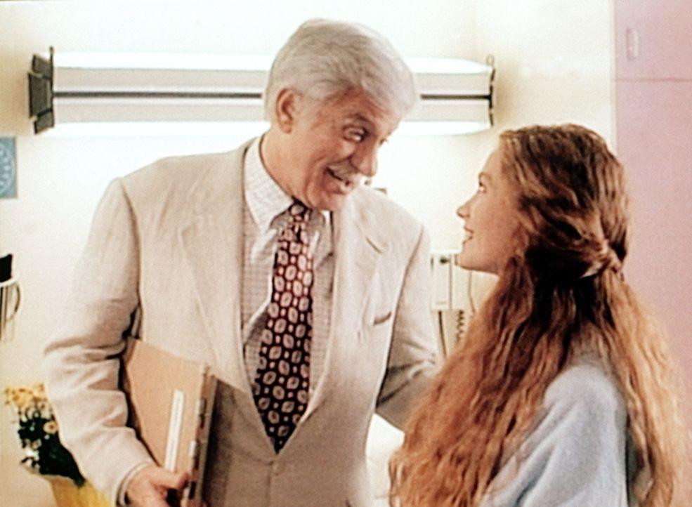 Dr. Sloan (Dick Van Dyke, l.) beglückwünscht Jennifer (Khrystyne Haje, r.) zu ihrer Genesung. - Bildquelle: Viacom