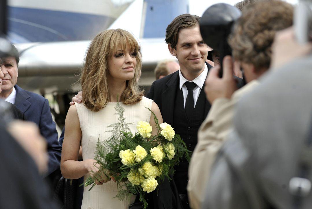 Hilde (Heike Makatsch, 2.v.l.) und ihr Mann David (Dan Stevens, 2.v.r.) kommen für ein Konzert nach Deutschland zurück. - Bildquelle: Warner Brother