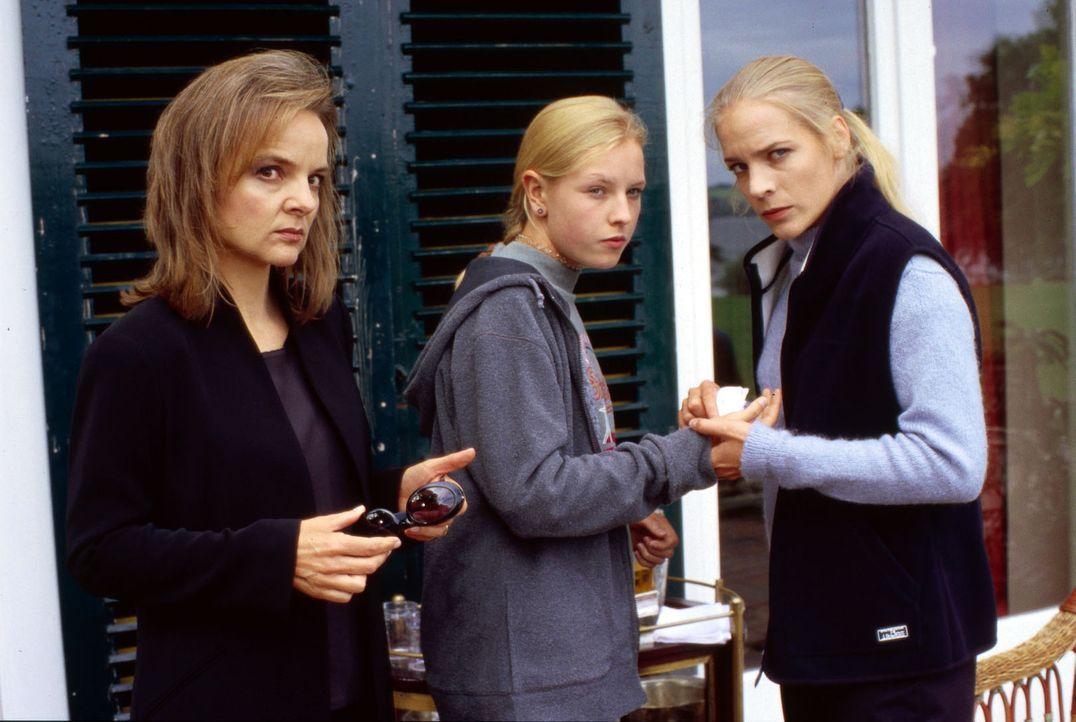 Welches dunkle Geheimnis verbindet Tony Gordons Witwe Susanne Hödlmoser (Sissy Höfferer, l.) und ihre Töchter Maria (Phili Pachl, M.) und Kathrin (E... - Bildquelle: Magdalena Mate Sat.1