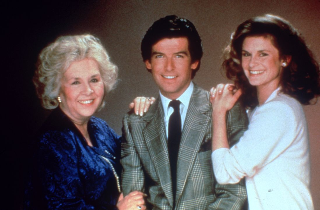 (1.Staffel) - Remington Steele - ein ganz besonderes Team: Laura Holt (Stephanie Zimbalist, r.), Remington Steele (Pierce Brosnan, M.) und Mildred K... - Bildquelle: Motion Picture   1985 MTM PRODUCTIONS.    2001 Twentieth Century Fox Film Corporation. All rights reserved.