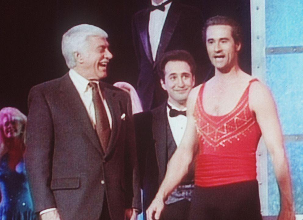 Dr. Sloan (Dick Van Dyke, l.) besucht die Zauberkünstler Eddie Clarke und Madison (Bruce Abbott, r.). - Bildquelle: Viacom