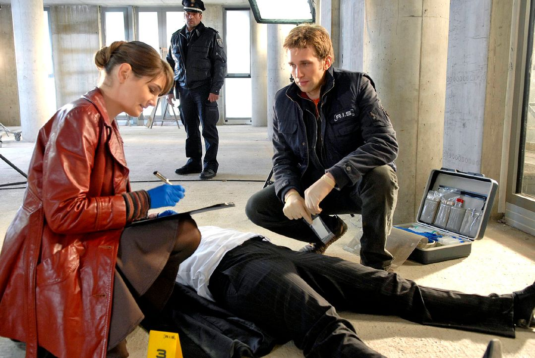 Das Team von R.I.S. kommt zu spät: Marion von Bronkhorst (Alexa Maria Surholt, M.) ist tot. Dr. Peters (Nicole Marischka, l.) untersucht die Leiche,... - Bildquelle: Christoph Assmann Sat.1